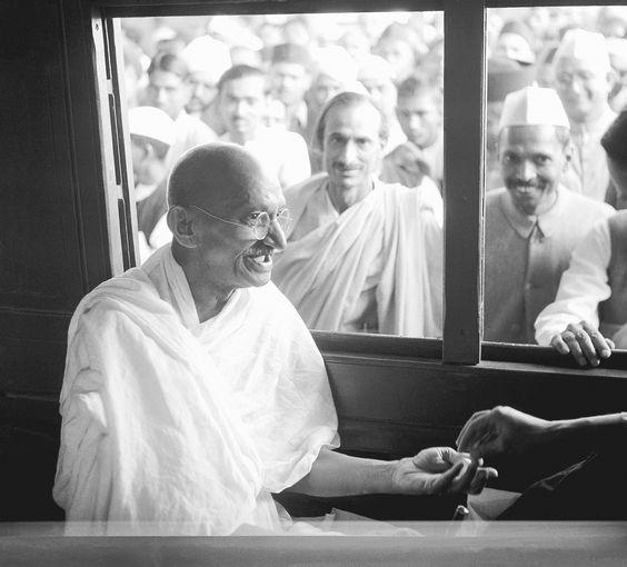 A vida, história e fotografias do lendário pacificador Mahatma Gandhi